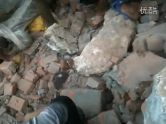 云南连环震致89人遇难 直击民众徒手救人
